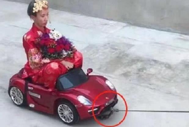 新郎去接亲,新娘因为没有跑车接亲当场发飙,新郎做法被赞机智