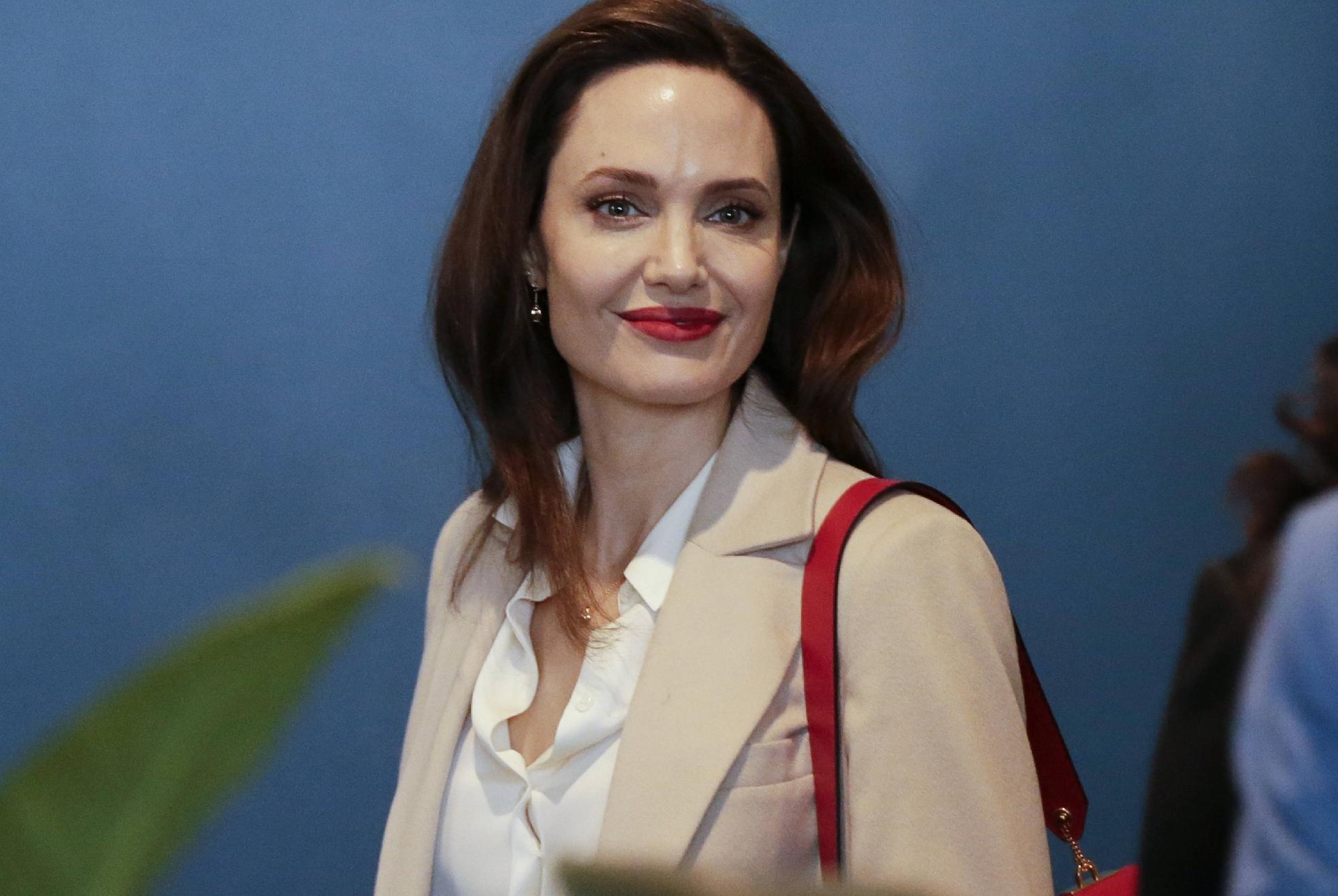 朱莉还是浓妆好看,一身气质造型搭烈焰红唇女神风采依旧,太惊艳