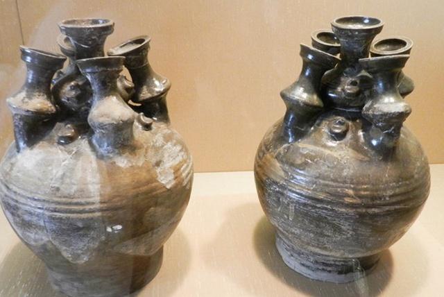 村民盗墓事发,被抓后上交了所盗宝物,结果却被官员据为己有