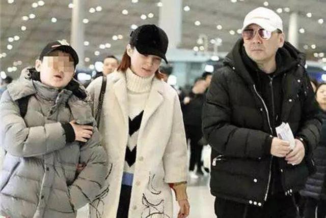 蒋勤勤陈建斌机场搂抱显甜蜜!14年仍恩爱!12岁儿子身高快超妈妈