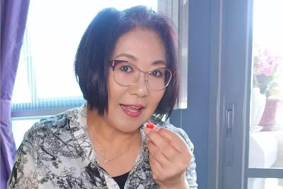 """69岁TVB""""溏心大契""""晒长腿照惹热议:怎么看都不像快70岁的人"""