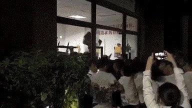 禅城新旧物管上演港片式大混战!玻璃踹碎、五人受伤……