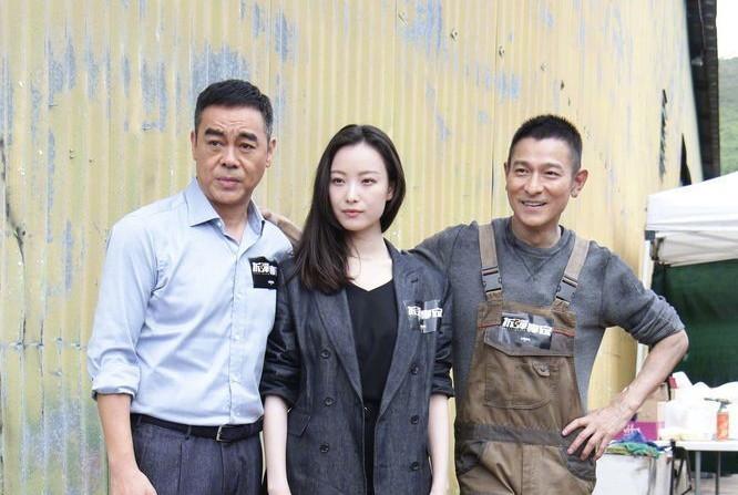 倪妮新戏搭档两大影帝很霸气,被刘德华刘青云拥着的她一脸幸福