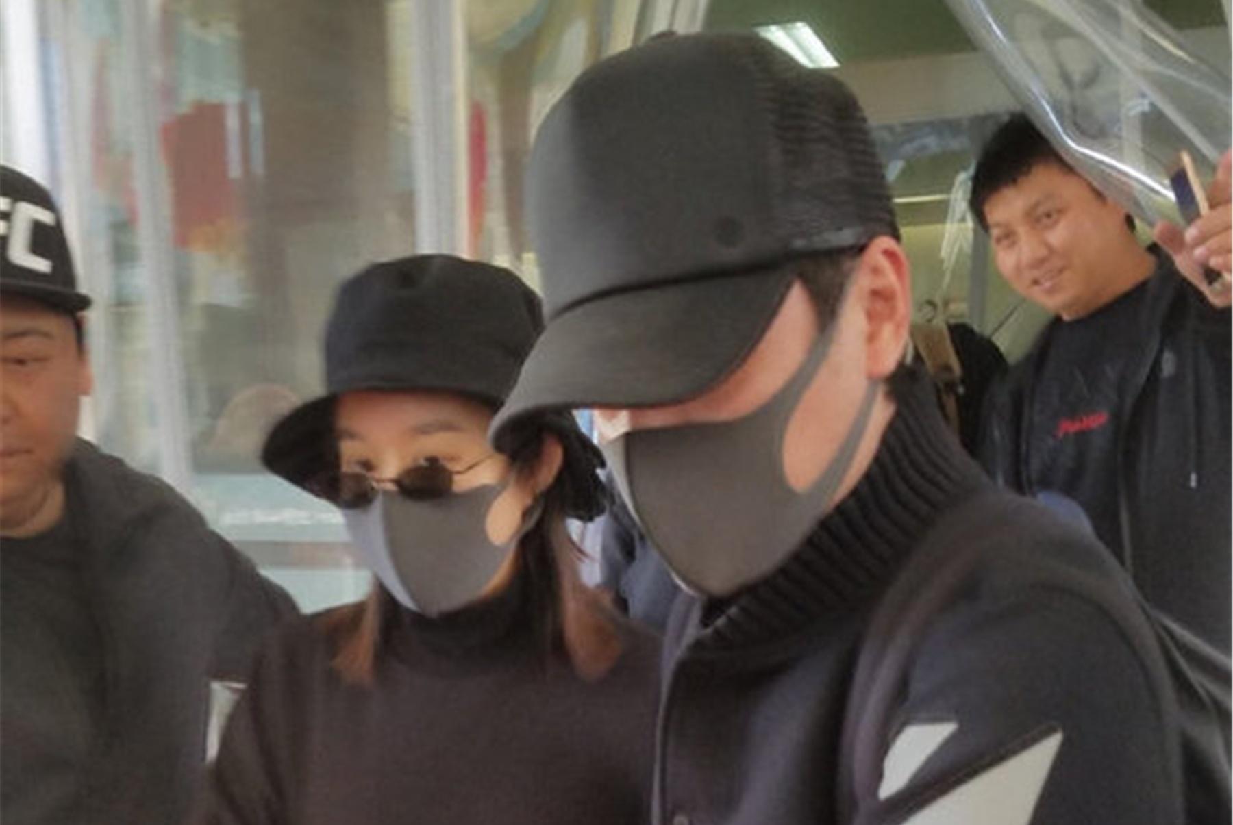 赵丽颖产后首次露面,冯绍峰全程搀扶妻子,儿子被紧抱怀里带出院