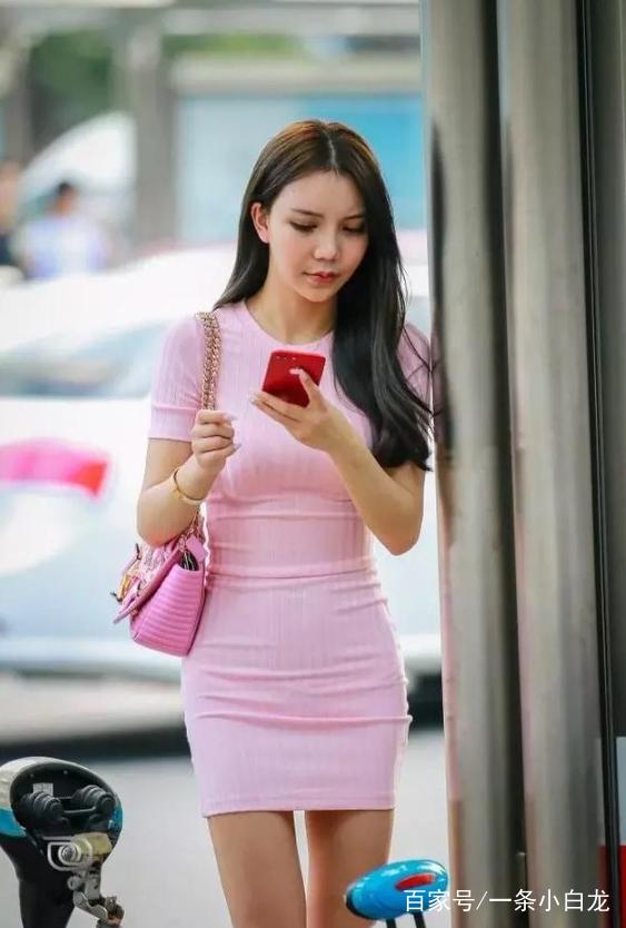 少妇粉色穴_身穿粉色裙子的少妇,身材微胖有气质!