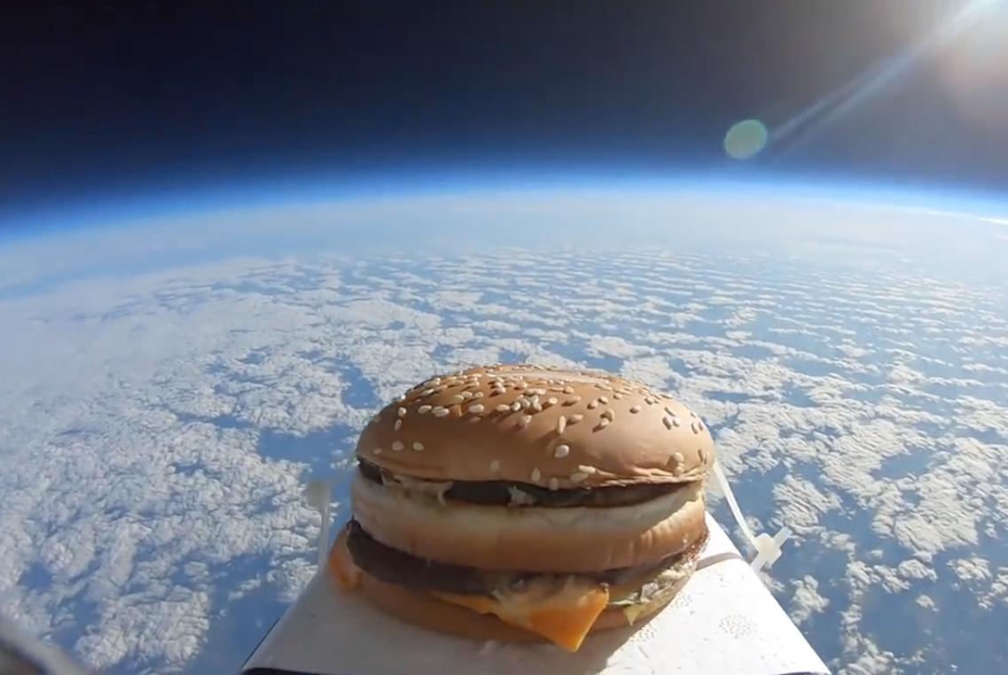 """从太空掉下来的汉堡味道如何?做这实验的人咬了一口说""""好硬"""""""