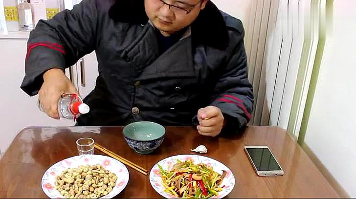 80后山东小伙的生活,一盘猪肚 一盘花生米 一瓣蒜,喝了半斤白酒