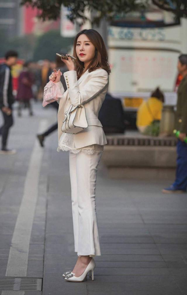 美女白色的休闲西装搭配,很显潇洒帅气的活力,看起来超级有魅力,穿着