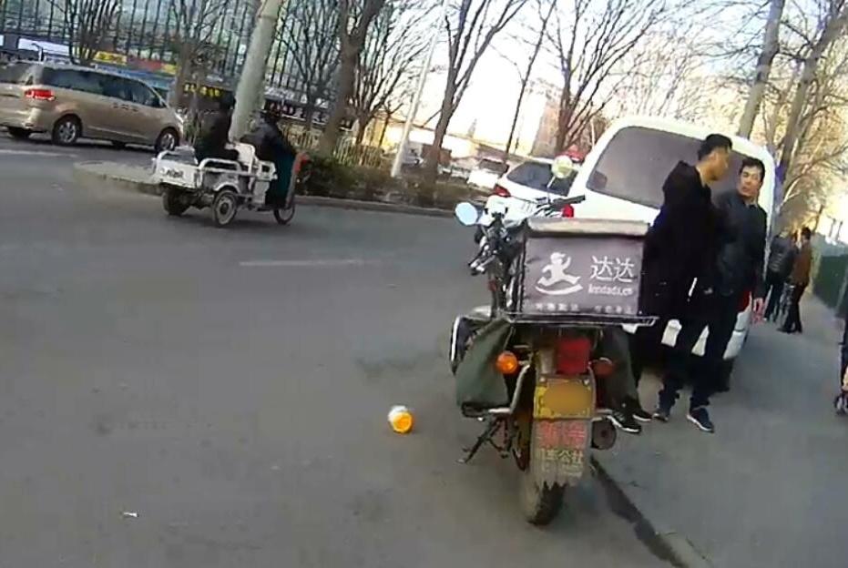 北京昌平外卖小哥挨揍,报警后自己反被刑拘!醉驾逃逸活该被打!