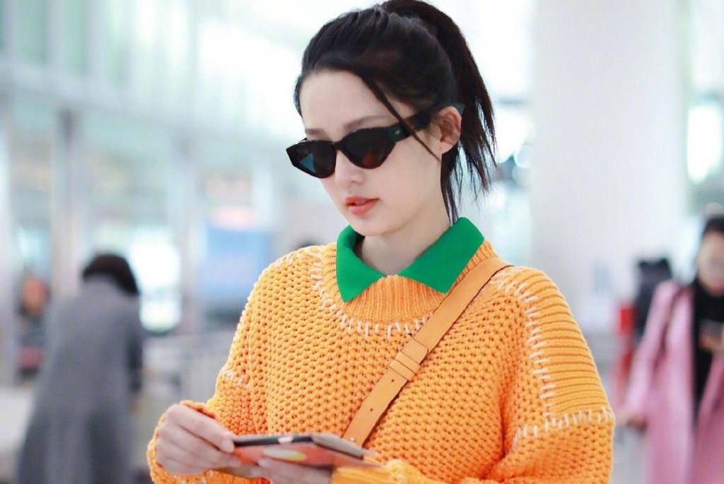 橙色毛衣搭配白色裤子 李沁的搭配洋溢着青春气息