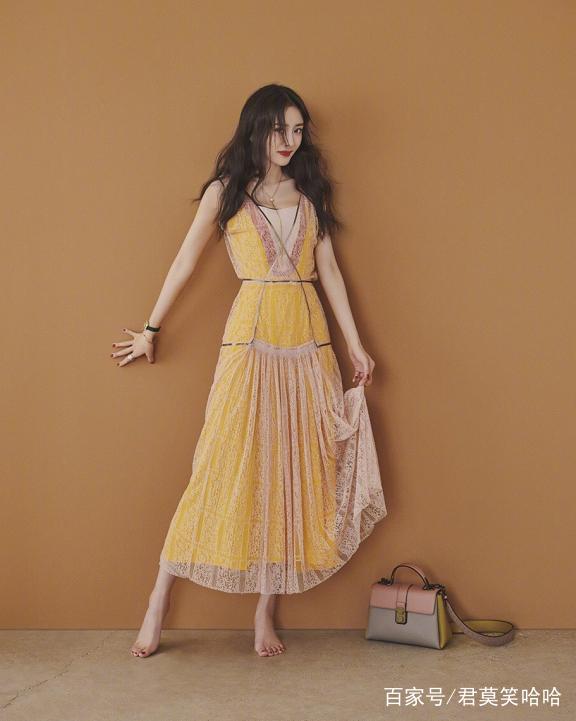 杨幂黄色照_杨幂一身暖黄色的吊带裙,虽然也是光着脚丫做着调皮的表情,但是和