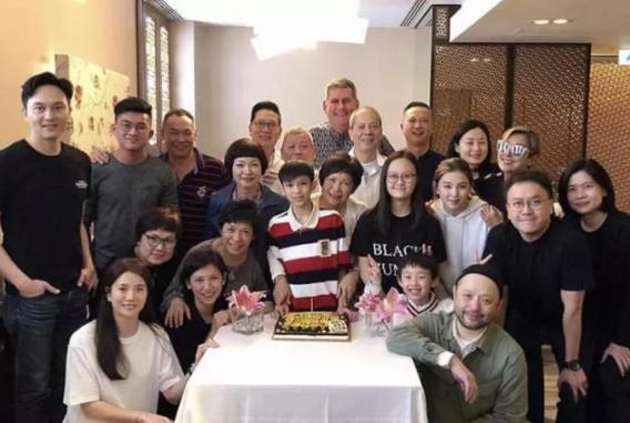 袁咏仪妈妈过70岁生日,外甥张慕童长得很俊俏,深受外婆喜爱