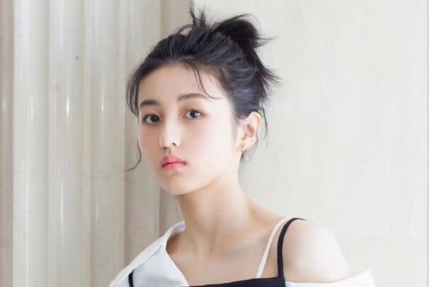 继抹胸裙里穿衬衫,张子枫又在吊带裙里穿,一身黑白配尽显轻熟感