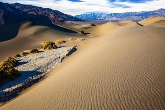 当你在沙漠中迷路时,记得选择沙山迎风那一面,看完就懂了