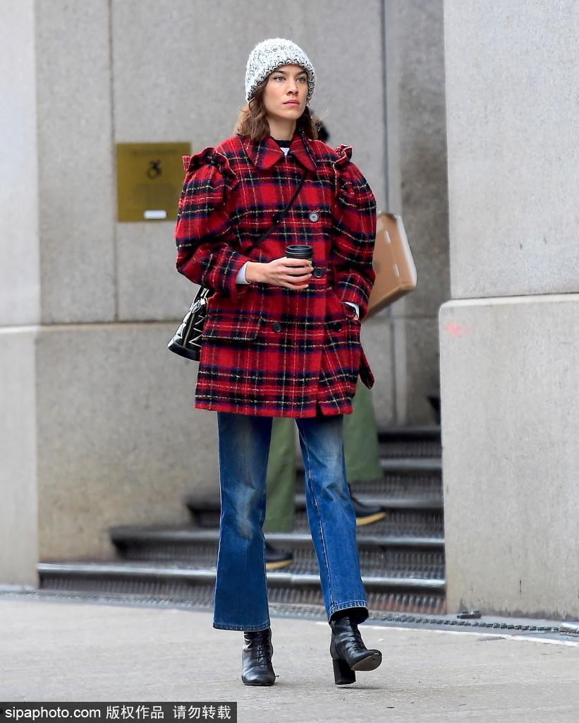 冬季穿红色格纹外套 搭配灰色针织帽出街大气!