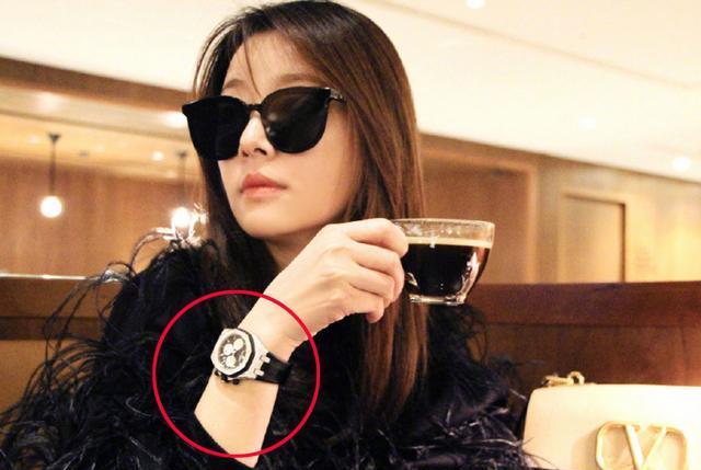 林心如又炫富?晒下午茶照却醉翁之意不在酒,带钻手表太抢镜!