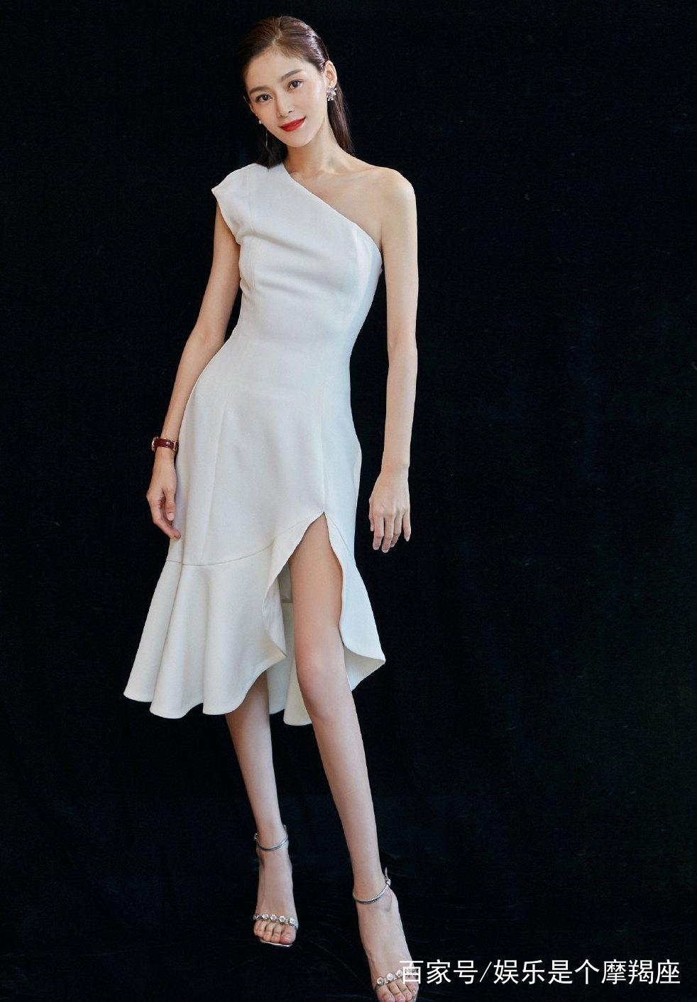 白色的单肩裙露出锁骨和美腿,苗条的身材,充满女人味,白皙肤色,吸引