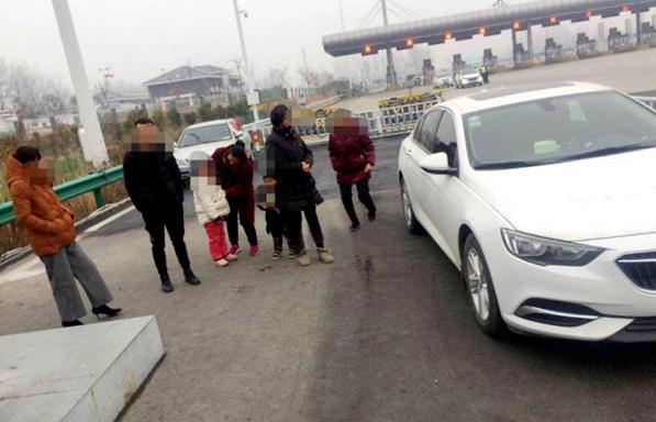 男子驾驶5座小轿车共载7人被高速交警拦下 辩称:两个小孩不能算