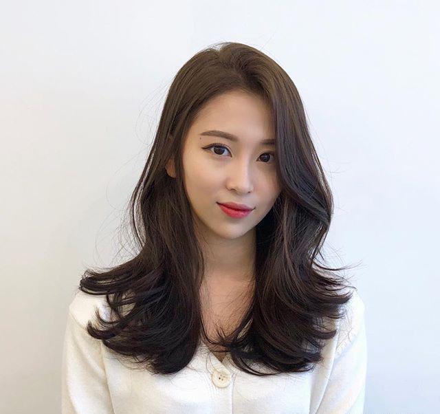 长直发的女生把脸部轮廓都藏在头发里,长年累月的就没有看见换过发型图片