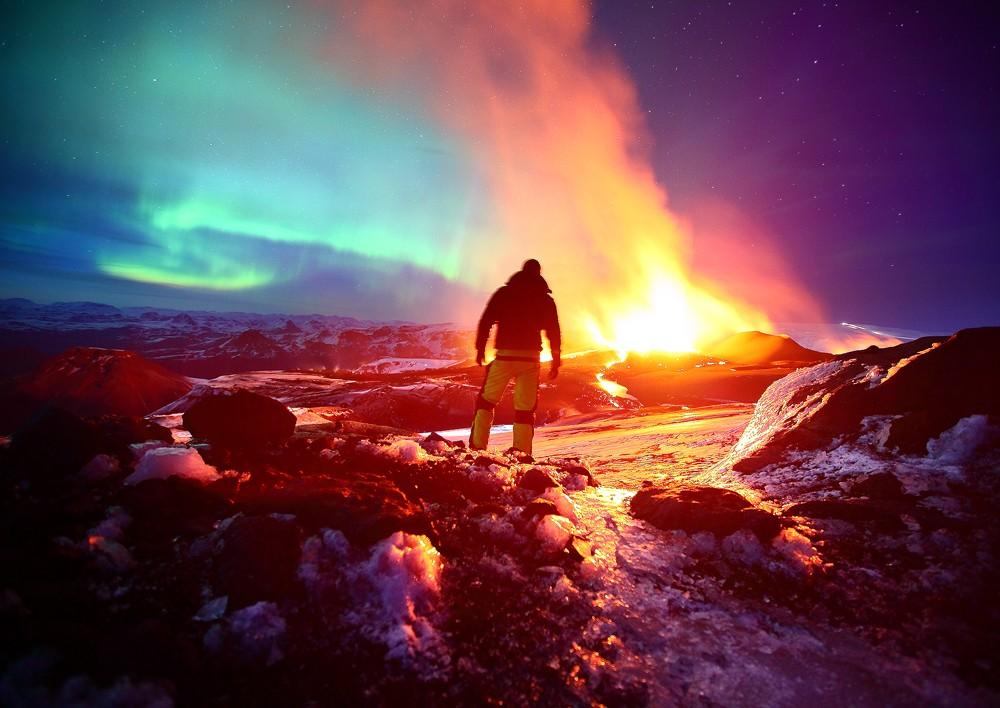 冰岛:当极光邂逅火山爆发,色彩美得让你不敢相信