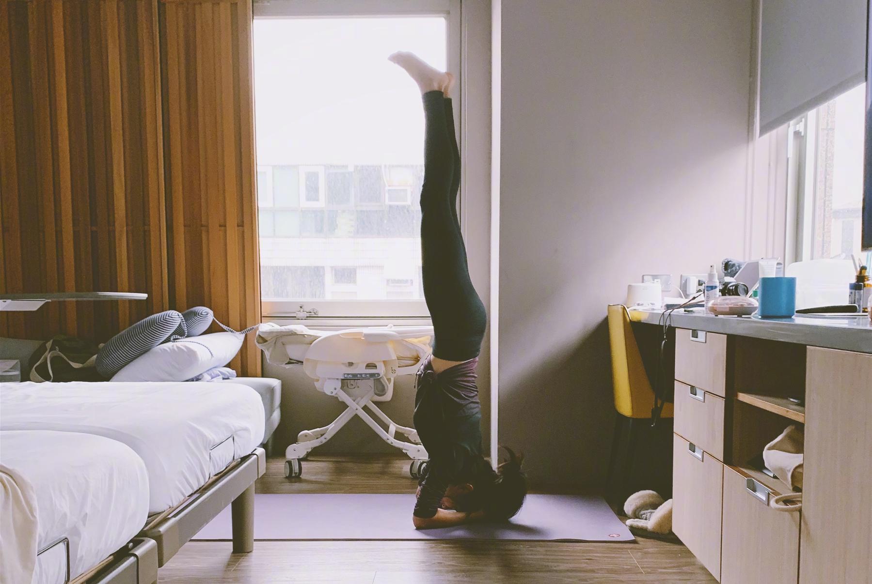 """陈意涵产后一个月就""""蠢蠢欲动"""",不靠墙直接倒立,开始练肌肉"""
