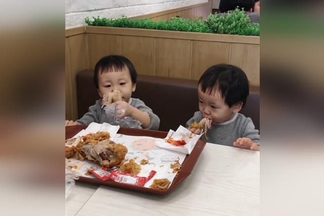 双胞胎姐妹在吃肉,吃相却大不相同,接下来的一幕,妈妈哭笑不得