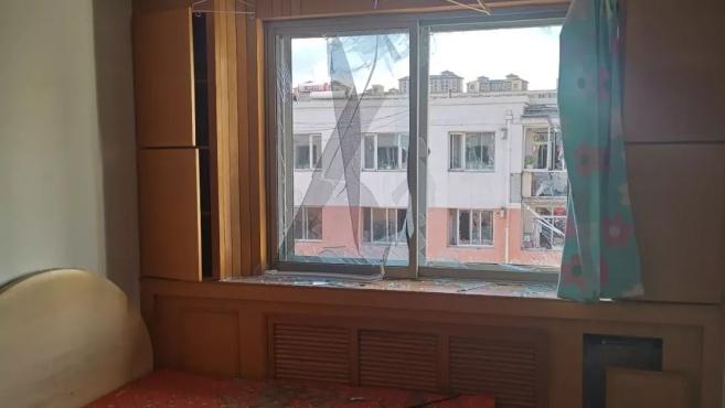 「新闻追踪」联建小区居民楼爆炸:一伤者双腿烧焦,其妻即将生产,旁边公寓受到波及