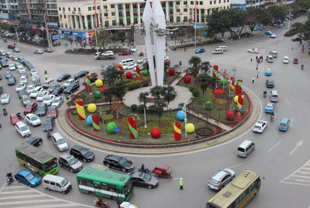 为何路口的大圆盘要改成红绿灯?听交警说完,车主:早该淘汰了