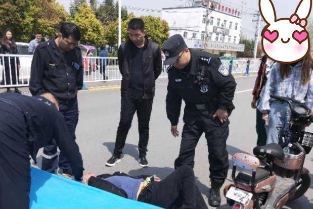 阜阳一醉酒男子大中午躺在马路中央,民警发现其身上插着导流管
