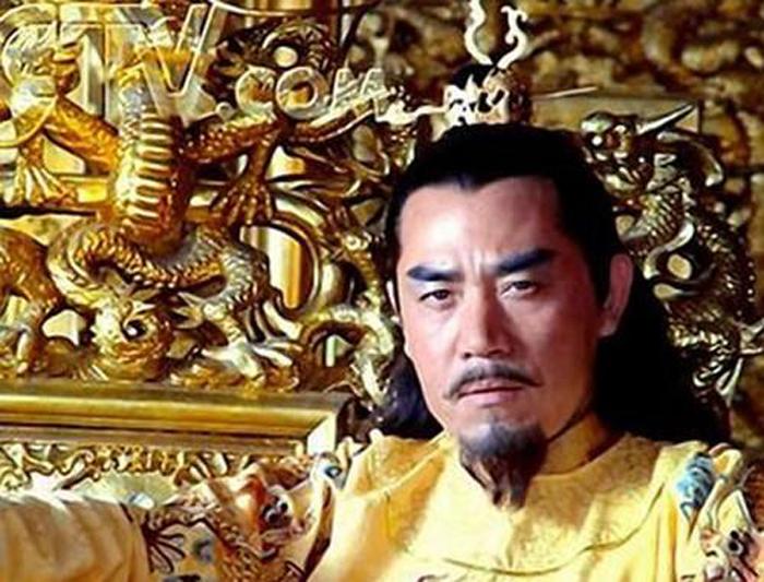 宫廷戏热播宫斗情节盛行 没想到皇帝们穿错了龙袍
