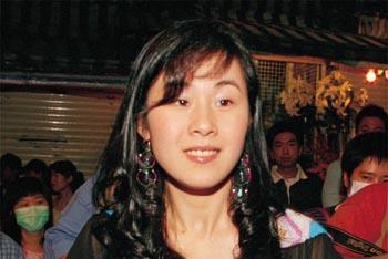 比刘銮雄前女友还厉害,与男友的好友结婚,男友还送她50万豪礼