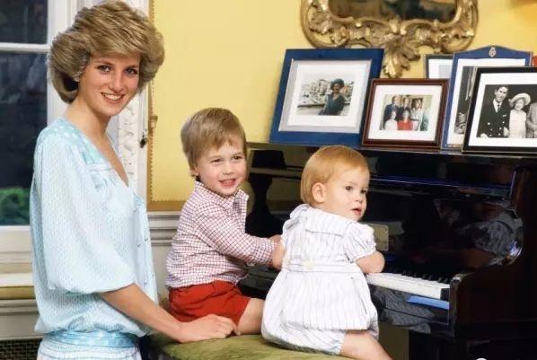 威廉和哈里从小就是暖男,带两堂妹去滑雪,送侄子小熊维尼