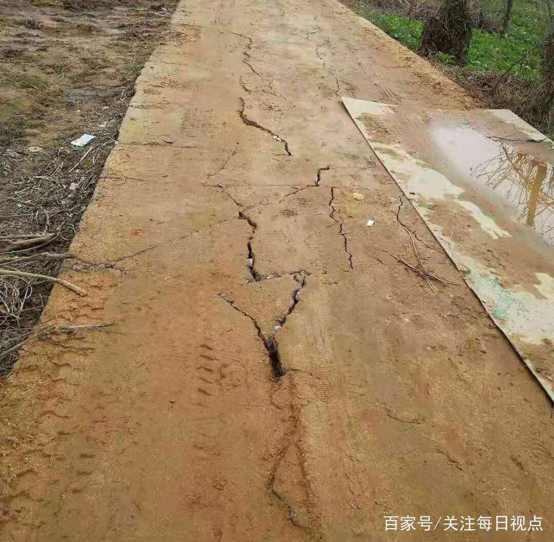 河南信阳固始县沙河铺乡被盗沙者毁坏扶贫道路无人监管