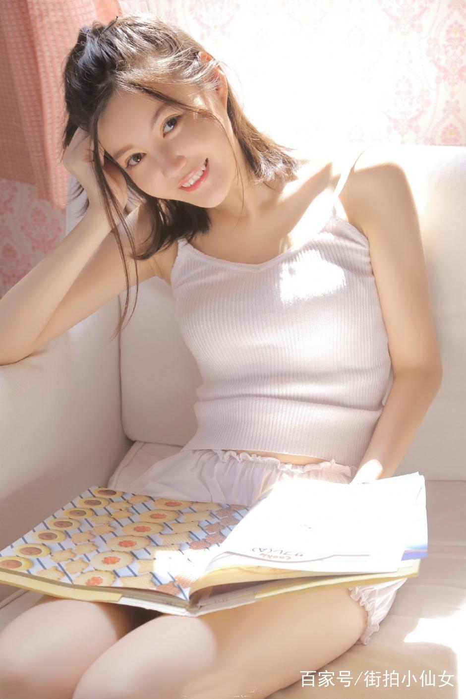 90后美女尤物格子长裙白皙美腿乌黑长发私房写真