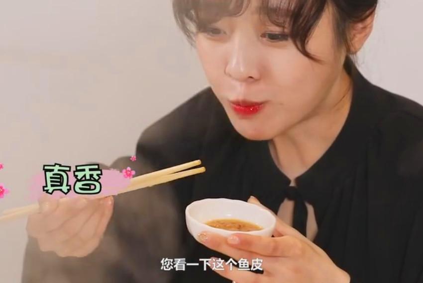 大胃mini挑战105斤石斑鱼,高兴地拍手,筷子一直不离手,太享受