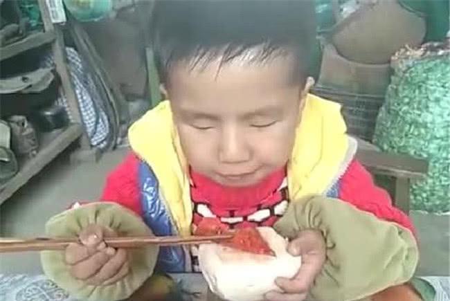 男童在幼儿园一顿吃四大碗,老师担心身体出问题,妈妈的做法厉害