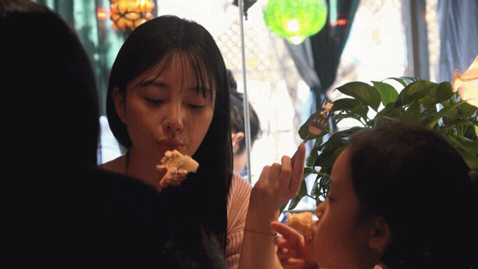 李小璐素颜带甜馨外出吃甜品,为女儿尝热挡冷母爱爆棚