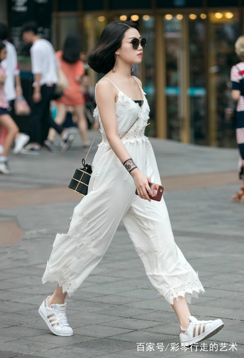 街拍路人,吊带连体衣,阿迪达斯贝壳头,美女的穿搭很有