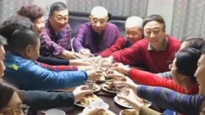 冯巩33年首次在家完整过除夕!这次再也不用演完节目匆匆赶回天津