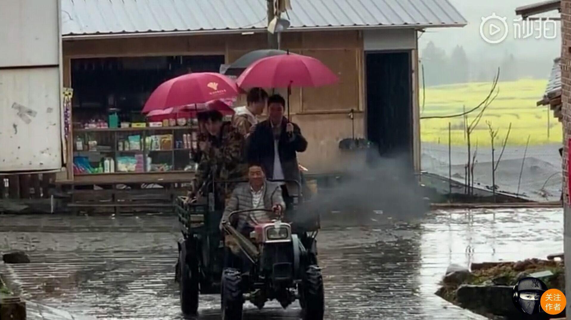 坐着拖拉机手拿菜篮子这么出场的只有王源,杨超越他们了吧!