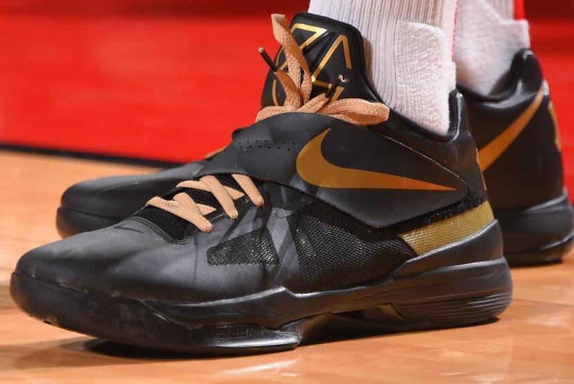 NBA球星战靴一览:科比签名鞋最受欢迎,老詹在球鞋上动手脚