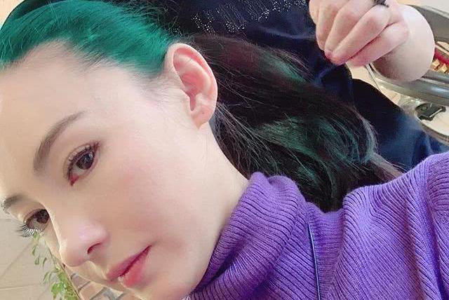 张柏芝元宵做头发晒美照,与陌生男子同框疑有暧昧