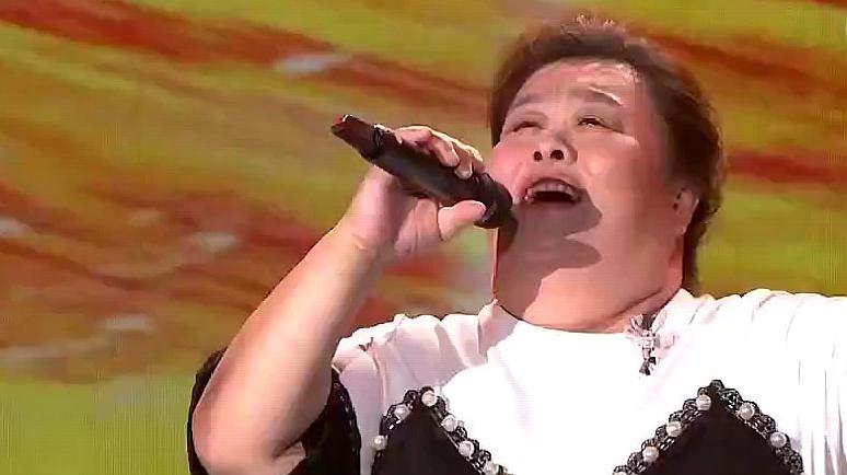 越战越勇:43岁大姐上央视,演唱《就恋这把土》,开口就很惊艳