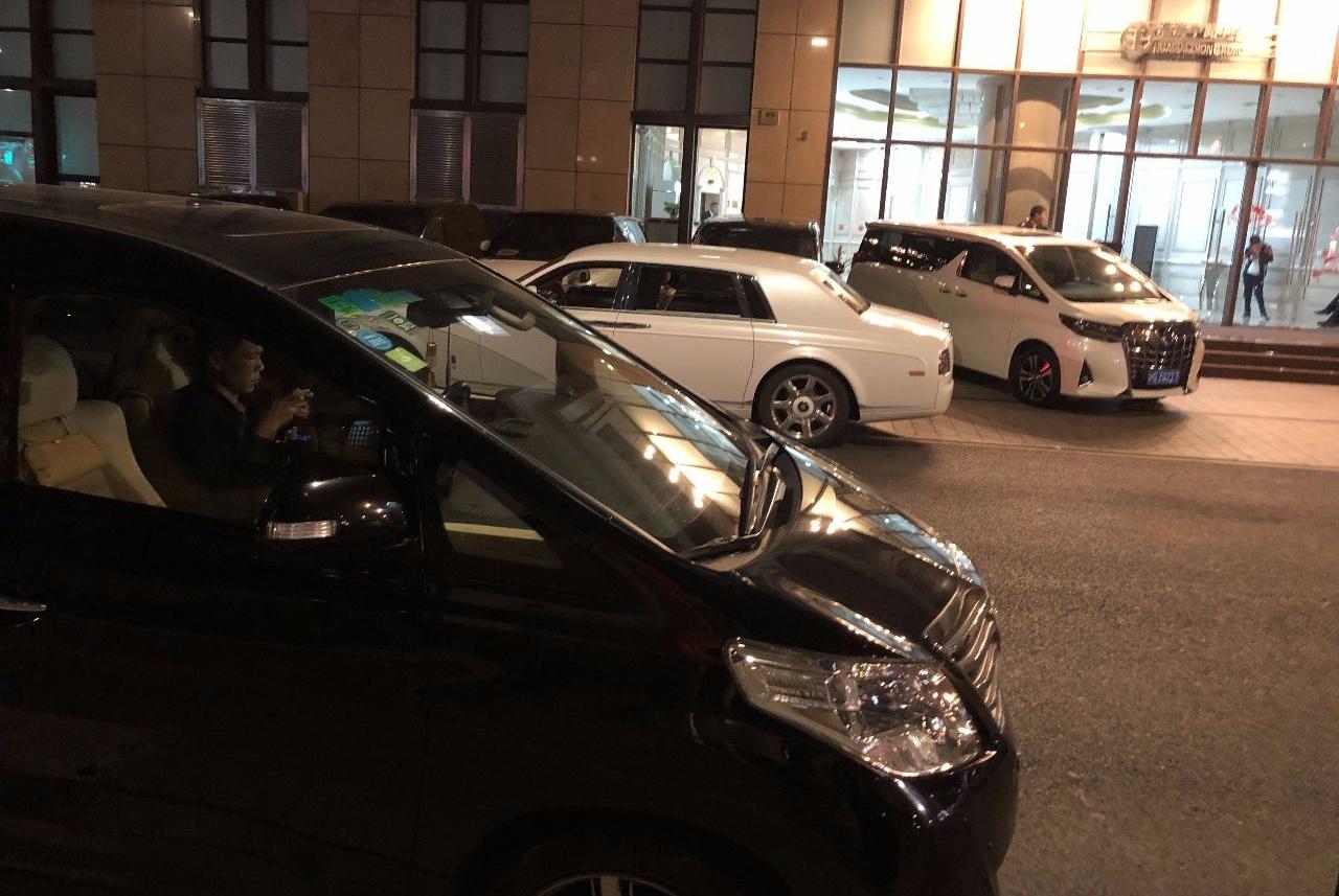 上海有名的繁华路段,最常见的车有4种,埃尔法成低档车