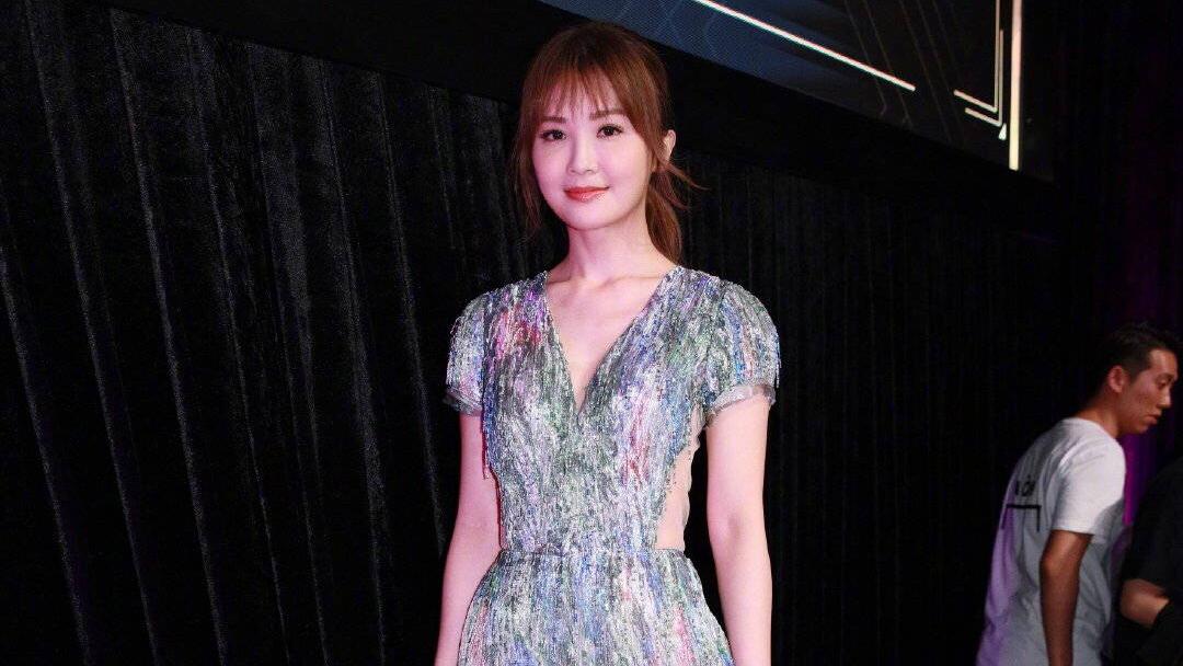 阿Sa蔡卓妍出席活动,一身银色连体裤展现窈窕身姿,太美了