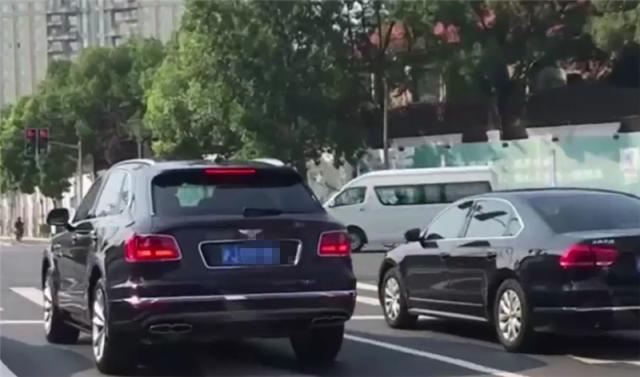 """550万宾利现身上海,挂""""沪J""""牌,后车看了保持10米车距"""