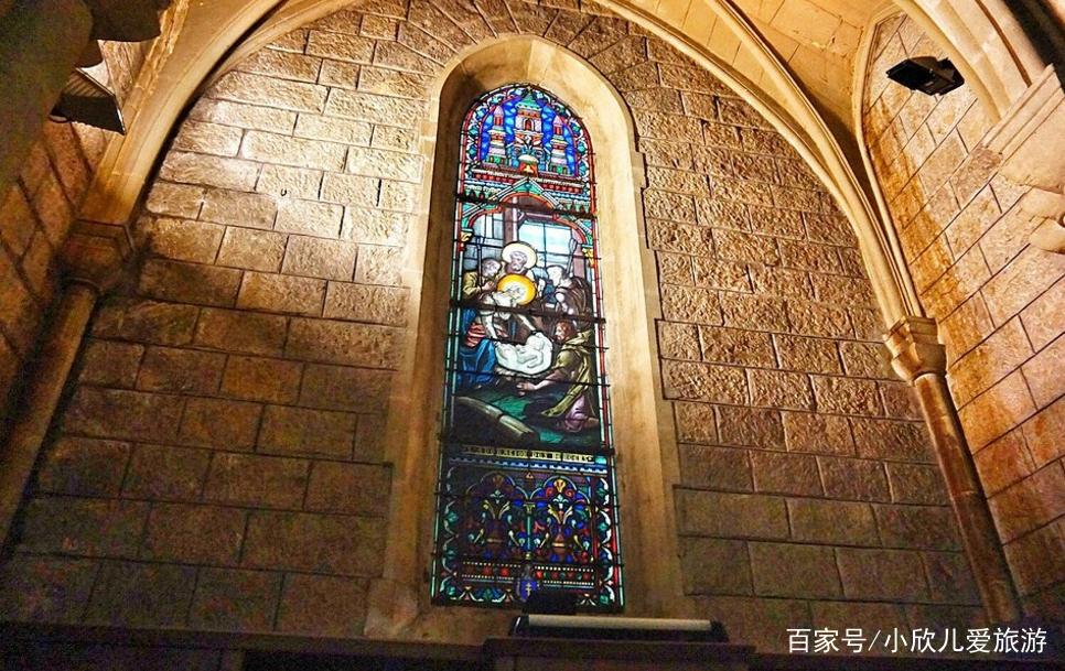 尼斯圣母院,教堂的彩色玫瑰窗,讲述了圣母玛利亚升天的故事.