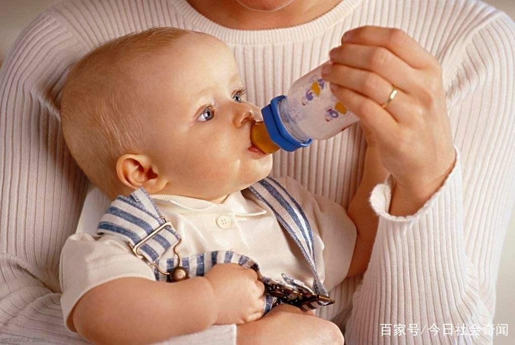 小孩吵闹就塞奶瓶安抚,结果拔掉18颗烂牙!医生:不是奶瓶的错!