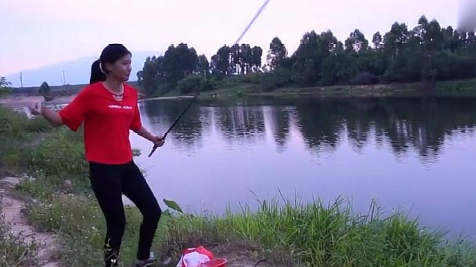 农村美女钓鱼有绝活,野外不怕蚊虫咬,调制的鱼饵还能钓大鱼!