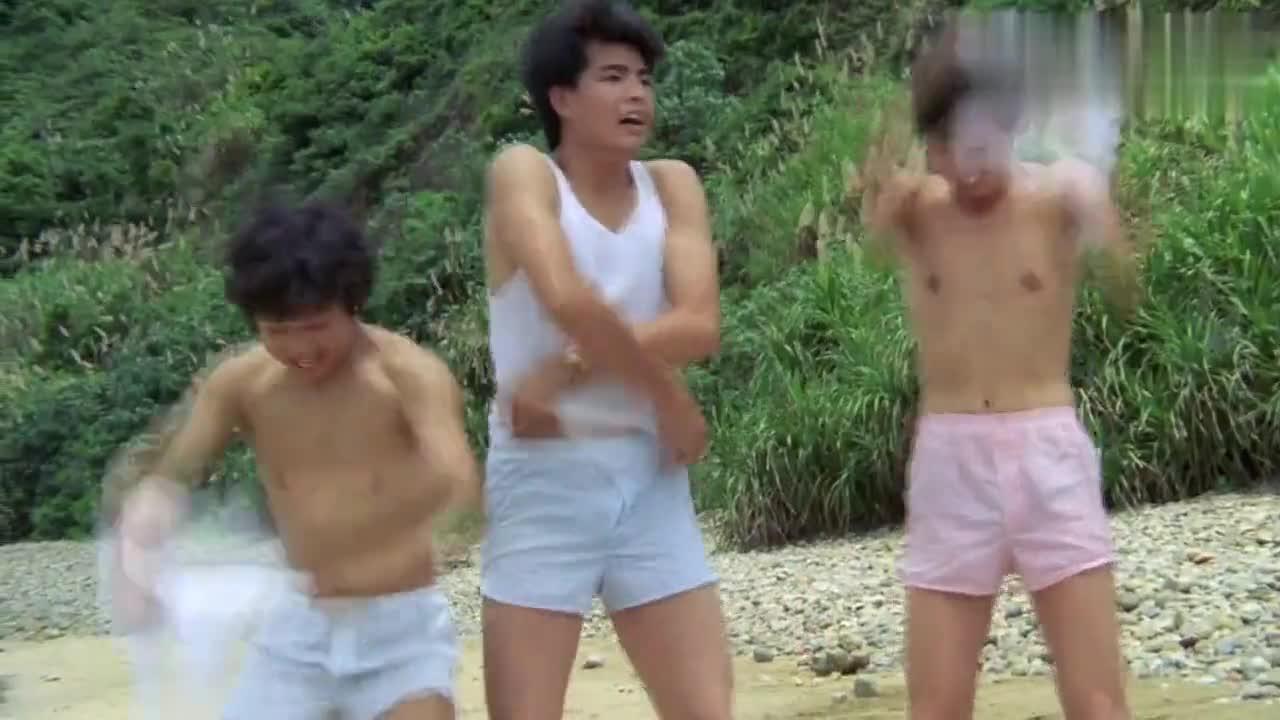 男生见女孩要游泳,瞬间脱衣服下水,不料衣服全部被女生拿走